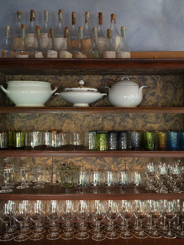 Dettaglio mensole panadora bicchieri osteria Locanda Bortolino